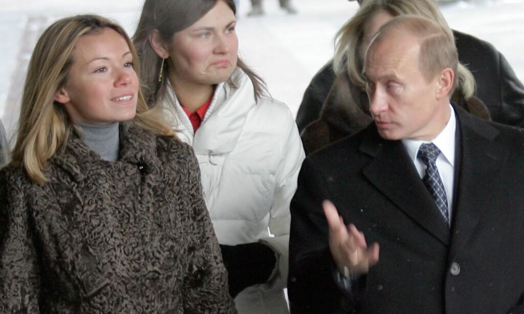 SJELDENT SYN: Vladimir Putin avbildet med dattera Marija i 2007. Foto: APF / NTB Scanpix