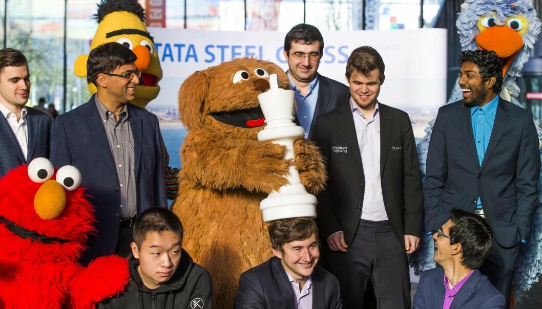 LEDER: Magnus Carlsen og Anish Giri leder turneringen i Nederland. Figurene fra Sesam Stasjon klarte ikke å kvalifisere seg, men dukket likevel opp på pressetreffet. Foto: AFP PHOTO / ANP / Koen Suyk