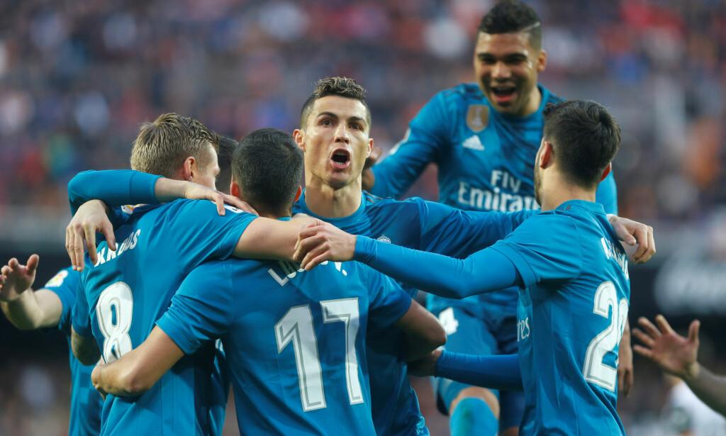 SEIER: Cristiano Ronaldo scoret to av Real Madrids mål i 4-1-seieren over Valencia. Her feirer han og lagkameratene Toni Kroos' mål. Foto: REUTERS/Heino Kalis