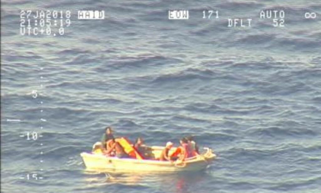 FUNNET: Etter en uke uten noe spor etter ferja med 50 passasjerer, fant et fly fra New Zealands luftforsvar sju personer i en jolle som trolig tilhørte den savnede båten. Foto: Royal New Zealand Air Force