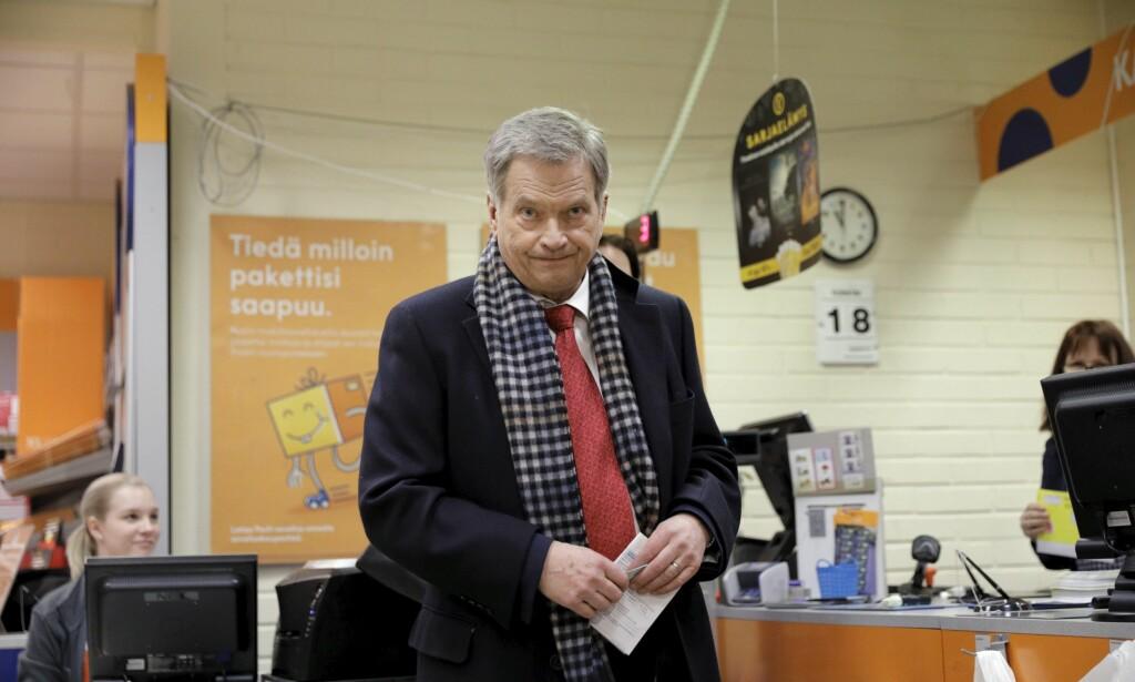 FAVORITT: Sittende president Sauli Niinistö avbildet idet han avla forhåndsstemme 18. januar. Foto: Seppo Samuli / Lehtikuva via AP / NTB scanpix