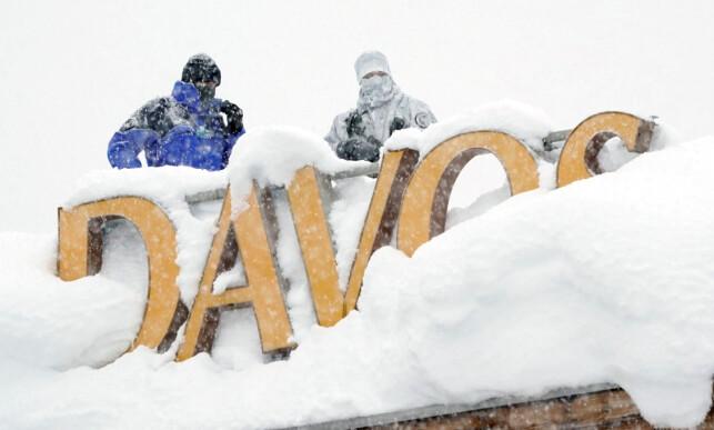 Skarpskyttere: Sikkerheten står i høysetet når flere av verdens mektigste ledere og rikeste personer samles til World Economic Forum i Davos. Bildet viser skarpskyttere som holder et øye med folk nede på gata. Foto: Denis Balibouse  / Reuters / NTB Scanpix