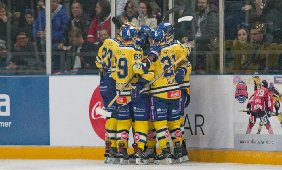 MESTERE: Storhamar slo Frisk Asker på hjemmebane og gikk dermed til topps i eliteserien i ishockey. Her feirer de et mål mot Lillehammer tidligere i sesongen. Foto: Hagen, Fredrik/NTB scanpix