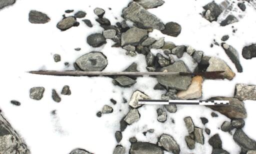 PIL: Denne pilen er karbondatert til ca 800 e. Kr. Foto: Secrets of the Ice / Oppland fylkeskommune