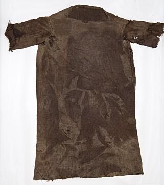 KLÆR: Denne skjorten er karbondatert til ca 300 år e. Kr. Foto: Secrets of the Ice / Oppland fylkeskommune