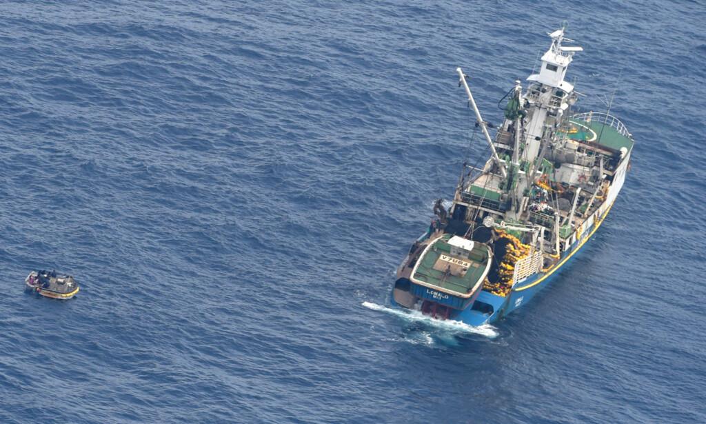 FUNNET: Åtte overlevende ble funnet og plukket opp av et fiskefartøy i Stillehavet ti dager etter at passasjerbåten de var på tur med ble meldt savnet. Foto: New Zealands luftforsvar / AP / NTB scanpix