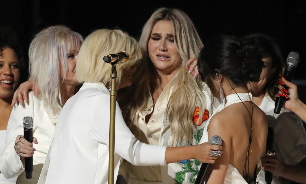 FØLELSESLADET: Det ble tøft for artisten Kesha å holde følelsene inne da hun opptrådte med låten «Praying» under nattens Grammy Awards. Foto: NTB Scanpix