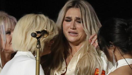 Her tar følelsene overhånd for Kesha