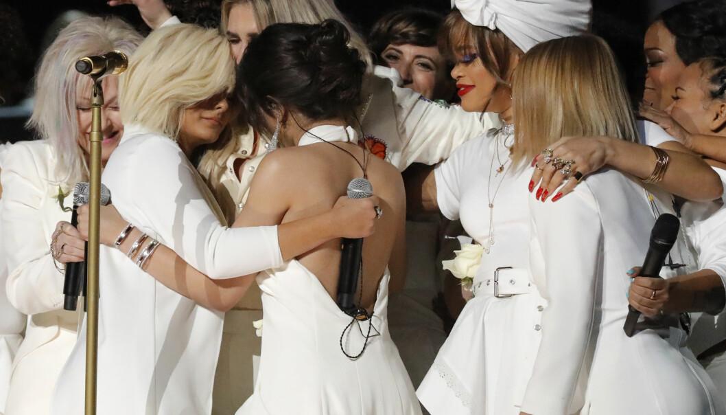 FIKK KLEM: Det ble en emosjonell affære for artisten Kesha natt til mandag, da hun opptrådte under Grammy Awards. Foto: NTB Scanpix