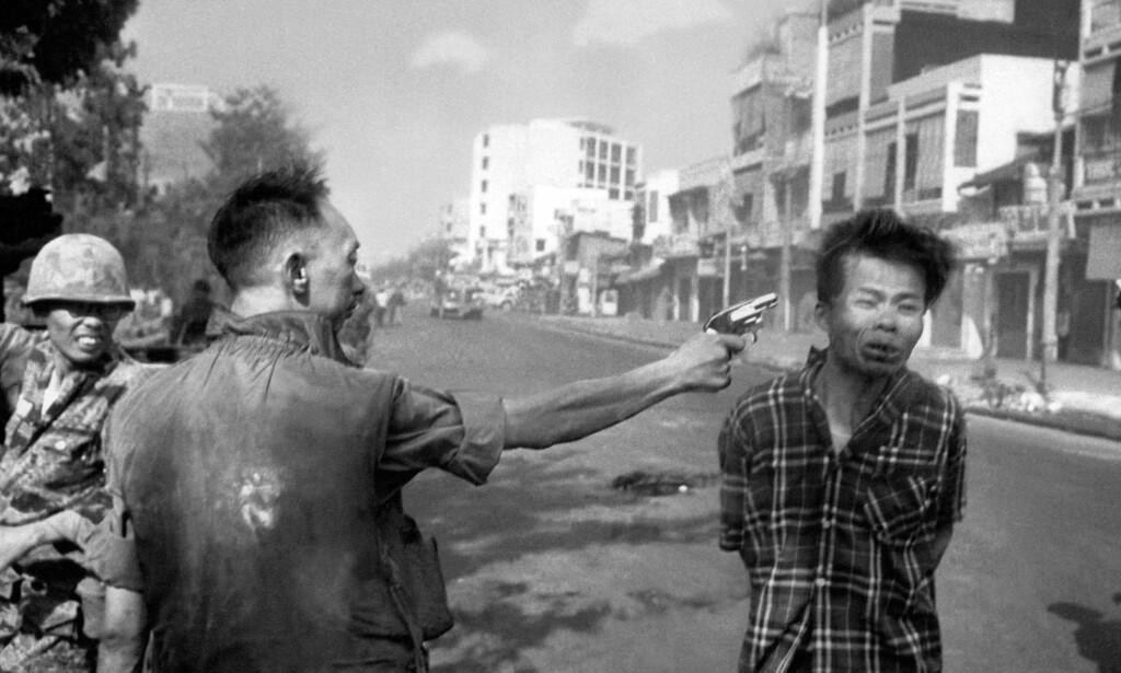 VITNE: 1 februar 1968 ble den amerikanske pressefotografen Eddie Adams vitne til at den sørvietnamesiske generalen Nguyen Ngoc Loan likviderte krigsfangen Nguyen Van Lemen på åpen gate i Saigon. Bildet han tok ble historisk. Foto: Eddie Adams / AP / NTB scanpix