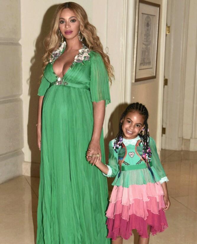 MATCHET: Blue Ivy og Beyoncé i matchende kjoler. Den lille jentas Gucci-kjole kostet hele 222 000 norske kroner. Foto: NTB Scanpix