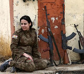 HARDE KAMPER: En Yazidi-kvinne som sluttet seg til de kurdiske Peshmerga-styrkene tar en pust i bakken i byen Bashiqa, etter at byen ble frigjort fra IS i nobvember 2016. Foto:REUTERS/Alaa Al-Marjani