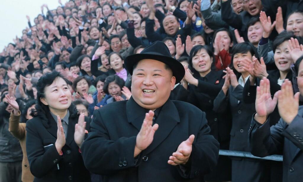 SOLOPPGANG I NORD: Ny norsk diktsamling «fra Nord Korea». Bildet viser «den fantastiske leder»,Kim Jong-Un (fin, fin hatt) , som besøker lærerer ved universitetet Pyongyang. Foto: NTB Scanpix