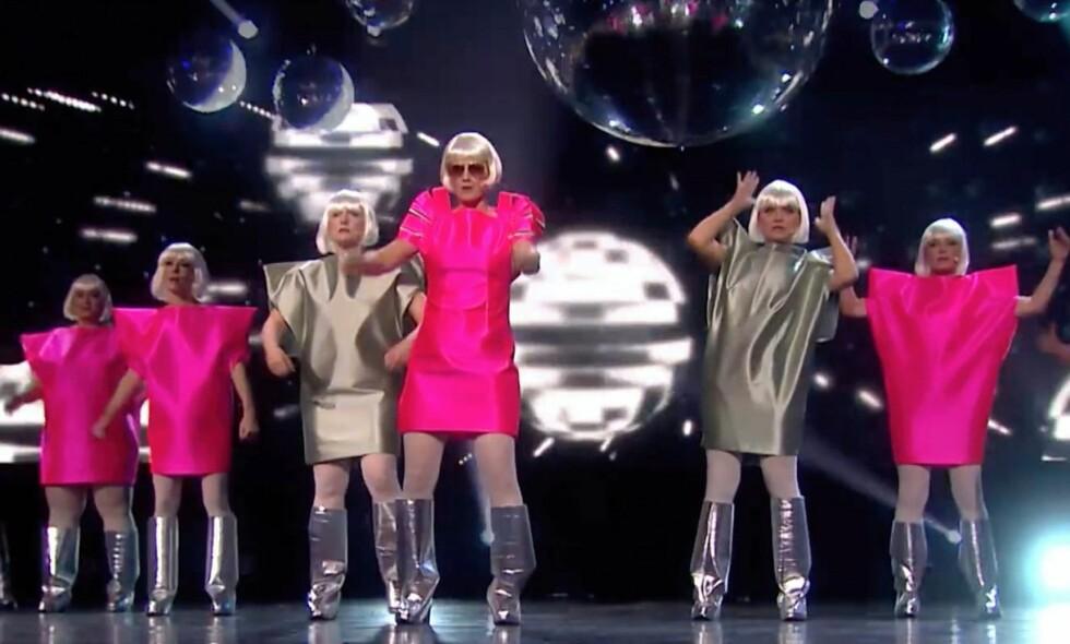 KUNNE KRENKE: Kunstner og lesbisk feminist Tonje Gjevjon (i midten) reagerer på at performancegruppa Hungry Hearts er blitt sensurert av Haugar Vestfold Kunstmuseum, fordi forestillingen kunne virke krenkende på transpersoner. Foto: Privat