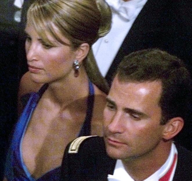 BRYLLUPSGJESTER: Kronprins Felipe tok med seg norske Eva Sannum i bryllupet til kronprins Haakon og kronprinsesse Mette-Marit i 2001. Foto: AFP/ NTB scanpix