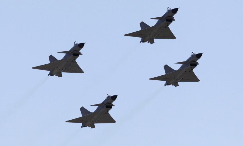 I FORMASJON: Jagerfly fra det kinesiske luftforsvaret. Foto: Petar Kujundzic / Reuters / SCANPIX