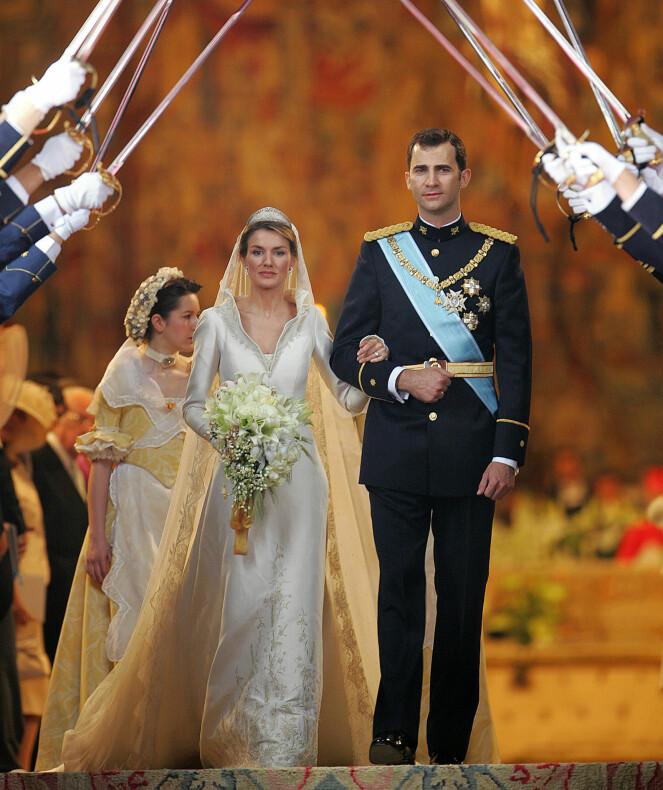 GIFTET SEG: Felipe og Letizia avbildet arm i arm på bryllupsdagen sin i mai 2004. Foto: AFP/ NTB scanpix