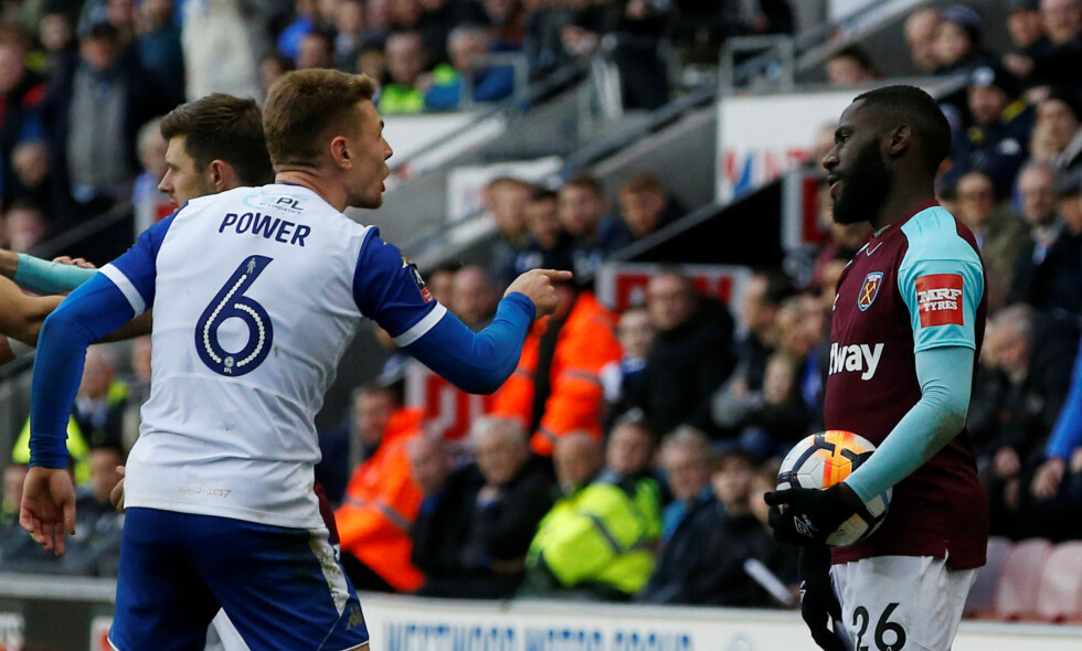 UTESTENGT: West Hams vingback Arthur Masuaku (t.h.) utestenges i seks kamper etter å ha spyttet på en motspiller under lørdagens 0-2-tap mot Wigan i FA-cupen. Foto:    REUTERS/Andrew Yates/NTB Scanpix