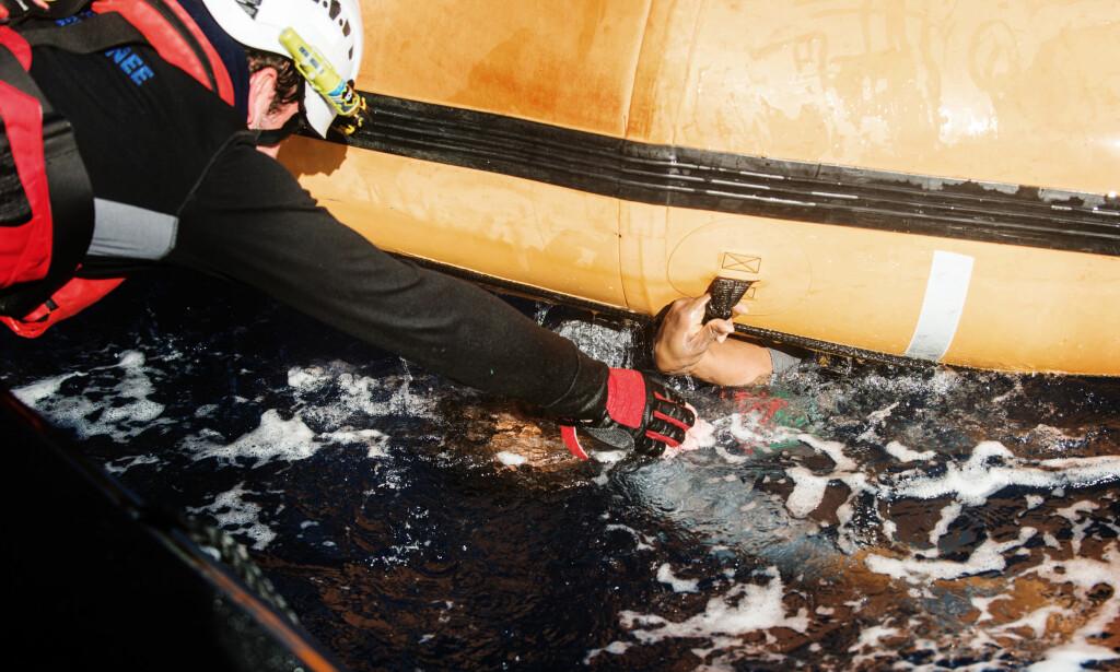 DRAMATISK AKSJON: Lørdag morgen fikk Leger uten grenser-båten «Aquarius» beskjed om at en gummibåt var i havsnød. En time etter nærmet de seg båten, og så folk ligge i vannet, flere var i ferd med å drukne. Denne kvinnen blir reddet, i siste liten, og er sendt til Tunisia for medisinsk hjelp. Foto: Laurin Schmid