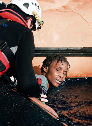 TRAUMER: Gummibåten var i ferd med å synke, og denne kvinnen og en rekke andre personer kjempet for livet da Leger uten grenser-båten kom for å redde dem i helga.