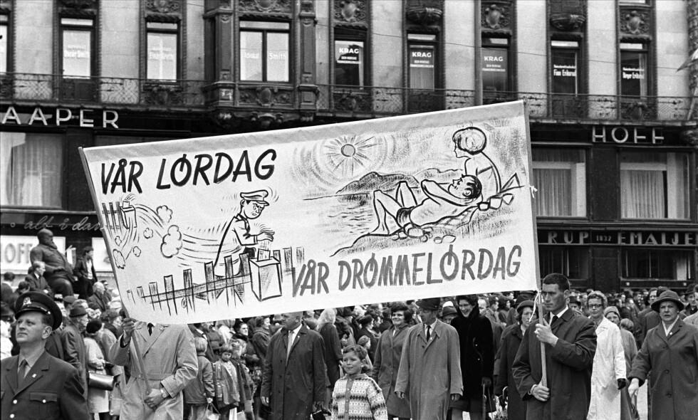 PARTIET: I 1967 gikk 1.mai-toget i Oslo blant annet med denne parloen. I dag er det mange som skriver stygge ting om vårt kjære parti, men ikke vi, nei. Foto: Dagbladet.