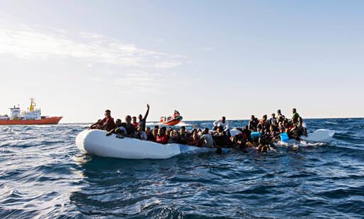 TOK INN VANN: Over 100 personer var nær ved å drukne da denne gummibåten tok inn vann lørdag morgen. Foto: Laurin Schmid