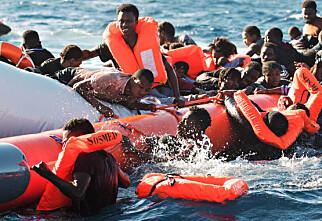 REDDES: 99 personer ble reddet fra drukningsdøden denne helga. Et foreløpig ukjent antall mennesker druknet også da gummibåten på bildet tok inn vann. Foto: Laurin Schmid