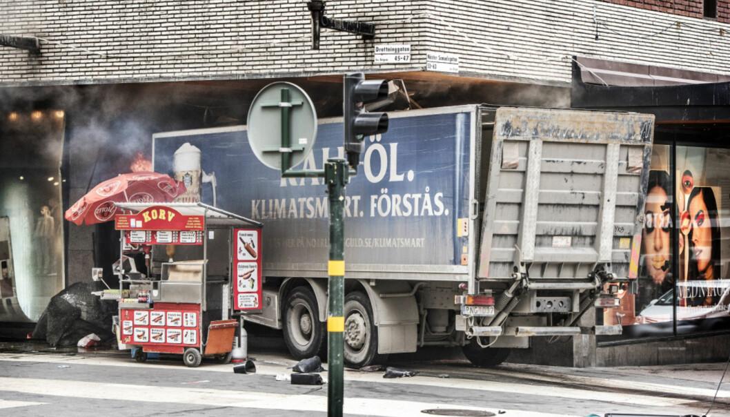 KJØRTE NED FOLKEMENGDE: Mannen kapret denne lastebilen, kjørte inn i den travle handlegata før han kjørte inn i et shoppingssenter. Foto: Tomas Oneborg/SvD/TT / NTB scanpix