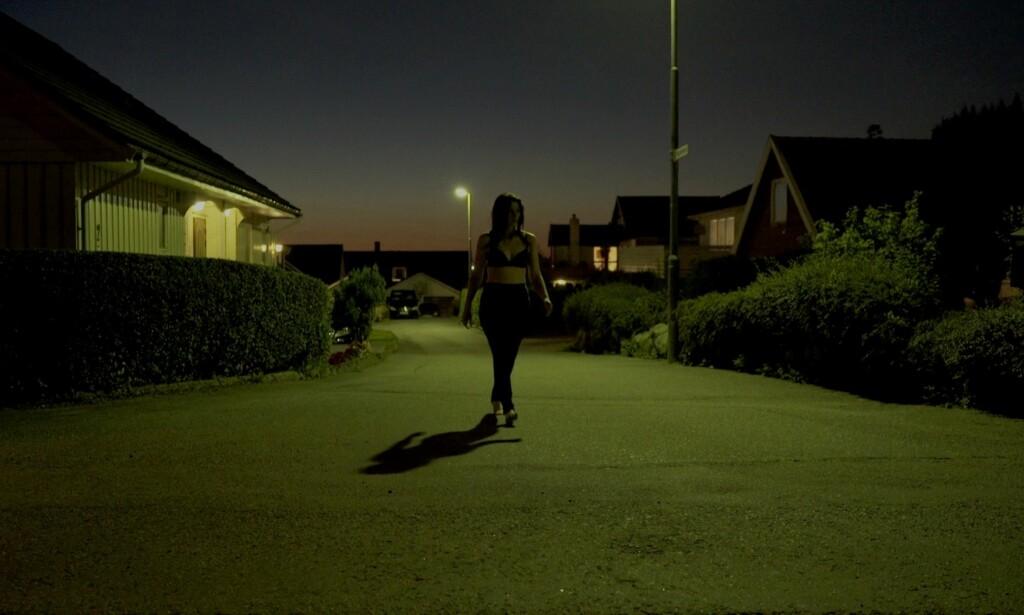 DÅRLIG UTGANGSPUNKT: Barføtt og halvnaken tar Lene natta fatt. Foto: Chezville
