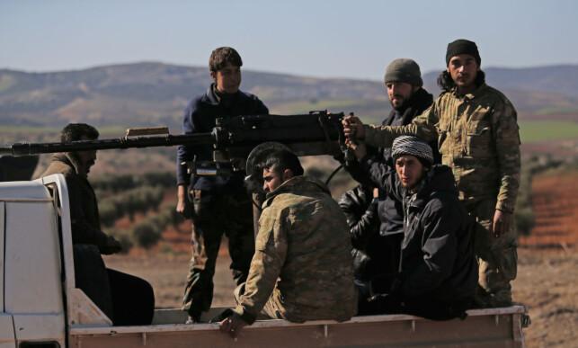VIL STYRTE REGIME I SYRIA: Seks soldater fra opposisjonsgruppen Den frie syriske hær, som er støttet av Tyrkia, blir kjørt den syriske grensen. Foto: Lefteris Pitarakis/ AP/ NTB Scanpix