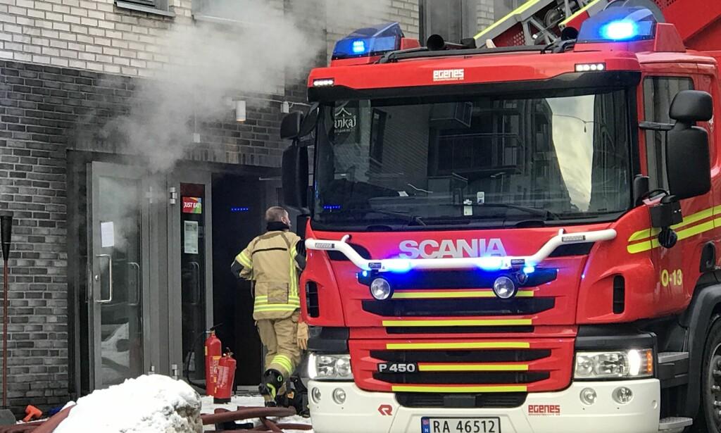 BRANNEN ER SLUKKET: Mye røyk dekker fortsatt området. Det er ikke meldt om skadde. Foto: Eugene Brandal Laran / Dagbladet