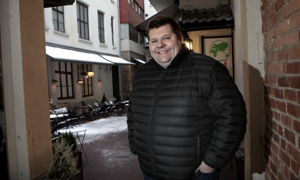GRÛNDER: Redaktør, eier, styreleder og altmuligmann Jon Henrik Larsen i Salangen-Nyheter fikk domenet Salangen-Nyheter.com i 16-årsgave av moren sin. Nå kommer historien om lokalavisa på TV3. - Våre nyheter blir sammenliket med Kjell Aukrusts Flåklypa Tidende, sier redaktøren. Foto: Anders Grønneberg