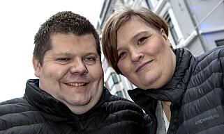 FORLOVET: Salangen-Nyheter-redaktør Jon Henrik Larsen sammen med fotograf, kollega og samboer Marita Andreassen. Foto: Anders Grønneberg