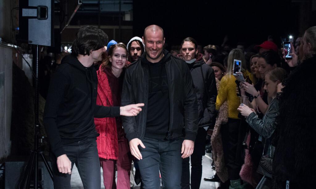 BRAGD: Det er ikke uvanlig at designerne går ned catwalken når en motevisning er over. Her spaserer stjerna mellom et klappende publikum mandag kveld. Foto: Hanne Erøy / MIO Meida