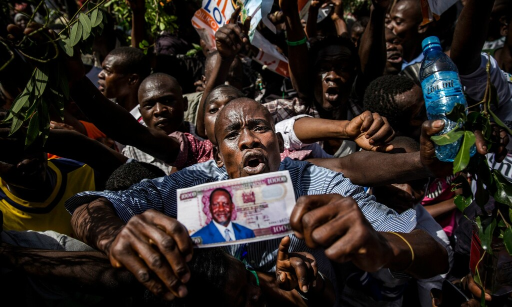 HEIER PÅ ODINGA: Tusenvis møtte opp i en park i Nairobi da Raila Odinga erklærte seg selv som «folkets president». Foto: AFP PHOTO / LUIS TATO / NTB Scanpix