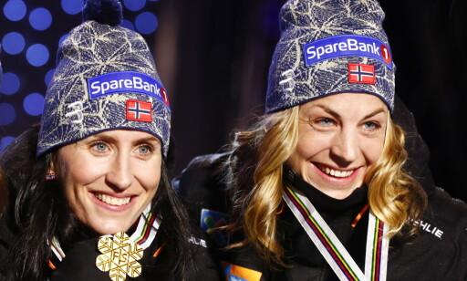 SUKSESS: Astrid Uhrenholdt Jacobsen og mesterskap bruker å være en god kombinasjon. Her sammen med Marit Bjørgen etter én av sine tre medaljer i Lahti-VM. Foto: Terje Pedersen / NTB scanpix
