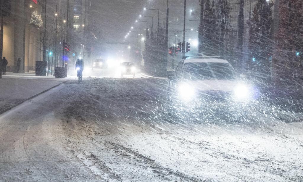 VANSKELIGE KJØREFORHOLD: Snøfall og mildere temperaturer fører onsdag til vanskelige kjøreforhold i store deler av Sør-Norge. Østafjells er det ventet vanskelige kjøreforhold som følge av snøfall og temperaturer på rundt 0 grader. Foto: Stian Lysberg Solum / NTB scanpix