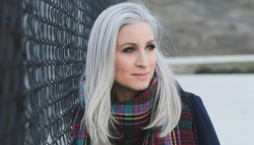 Jessica fikk de første grå hårene som 15-åring: - Det var sjokkerende