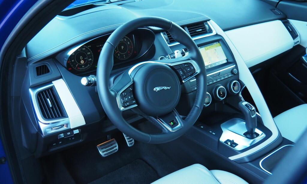 STILIG: Jaguar har fått orden på interiøret i nykommeren. Dette er en R-Design med blant annet svart innertak, aluminiumspedaler og padler bak rattet. Foto: Rune M. Nesheim