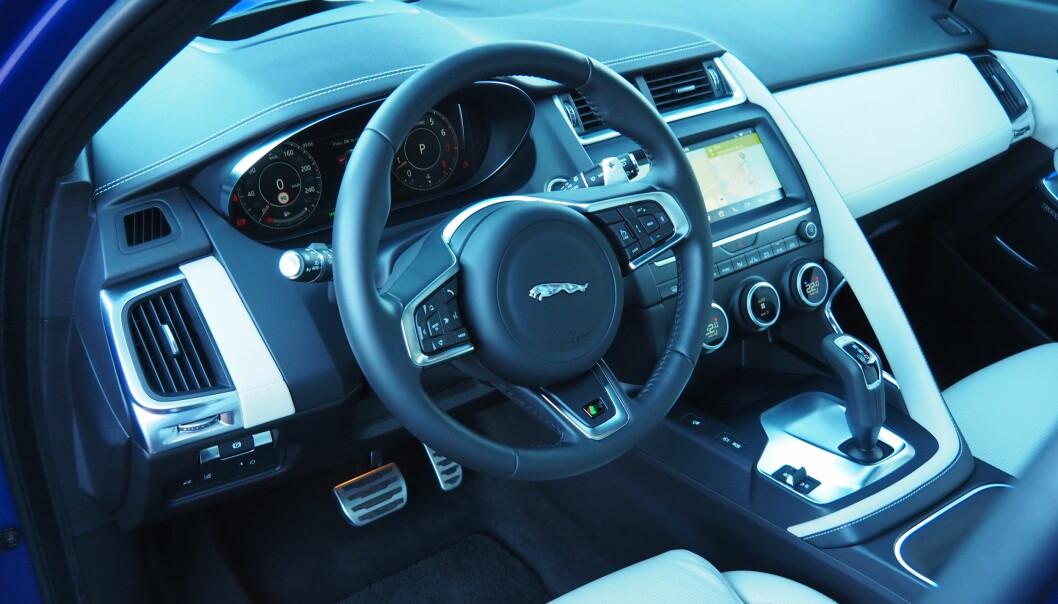 <strong>STILIG:</strong> Jaguar har fått orden på interiøret i nykommeren. Dette er en R-Design med blant annet svart innertak, aluminiumspedaler og padler bak rattet. Foto: Rune M. Nesheim
