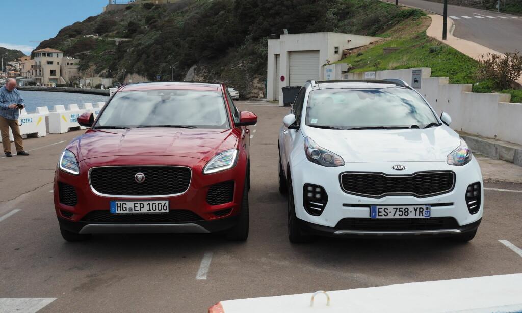 NOK? Har Jaguar vært litt for snille i designen? Sterke konkurrenter som BMW, Mercedes og Audi ... og alle egentlig, kjører markerte fronter og hekker. Her ser du dieselversjonen med 240 hester ved siden av siste utgave av Kia Sportage. Foto: Rune M. Nesheim