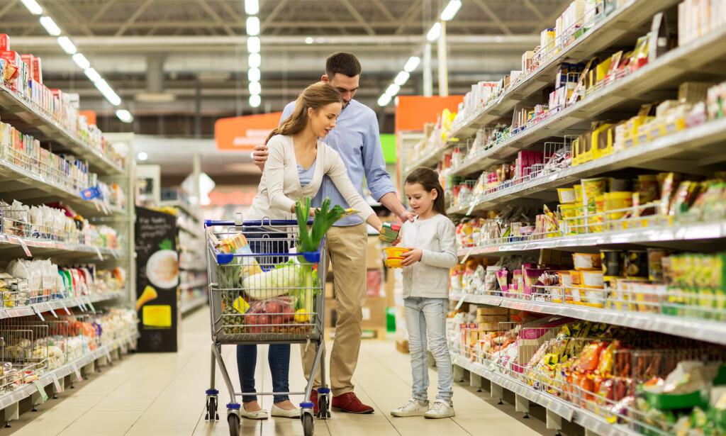 MATBUDSJETT: Ved å planlegge matinnkjøpene, kan barnefamilier spare masse, ifølge forbrukerøkonom Elin Reitan. Foto: Shutterstock/NTB Scanpix.