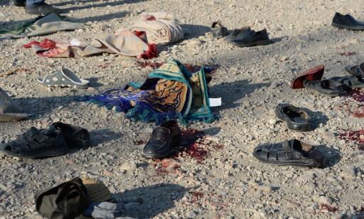 FRA ILLE TIL VERRE: Sikkerhetssituasjonen i Afghanistan blir stadig verre. Bildet viser eiendeler til menneskene som ble skadd og drept da en selvmordsaksjonist sprengte seg i lufta under en begravelsesseremoni i Jalalabad. Foto: Noorullah Shirzada / AFP / Scanpix