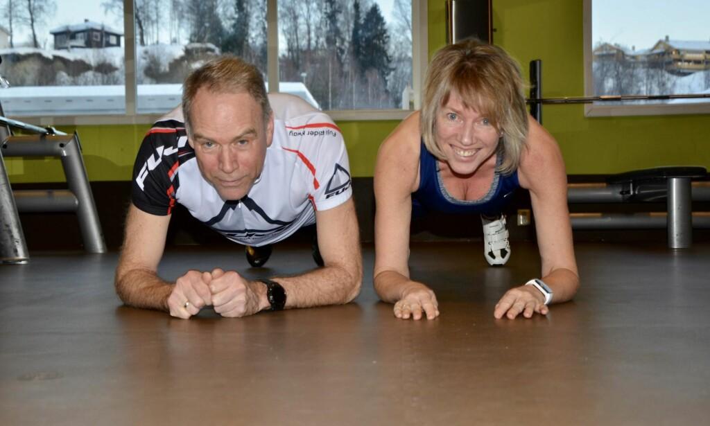 MORGENTRENING: – Vi har stor glede av vår felles treningsinteresse, og elsker å starte dagen med fysisk aktivitet, sier ekteparet Ove og Bente Lund. <br>Foto: Kristin Roset