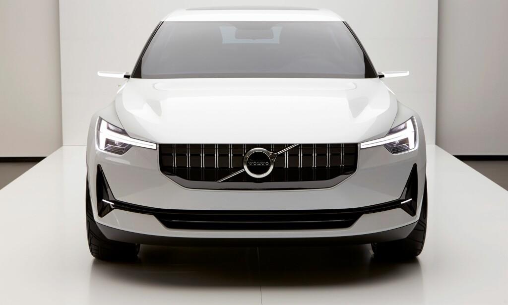 SMÅSINNA: Rimelig strengt oppsyn på konseptbilen, men umiddelbart gjenkjennbar som en Volvo, med Thors hammer i lyktene og diagonalen med den spesielle varianten av Mars- eller maskulinitetssymbolet i fronten. Spørs om den kommende elbilen vil få et litt snillere uttrykk. Foto: Volvo