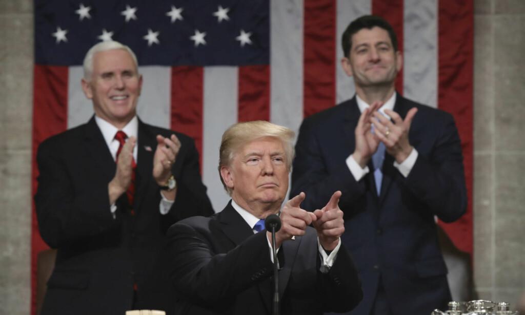 TALE: President Donald Trump under sin første State of the Union-tale. I bakgrunnen applauderer visepresident Mike Pence og Paul Ryan, republikanernes leder i Representantenes hus. Foto: AP / NTB Scanpix