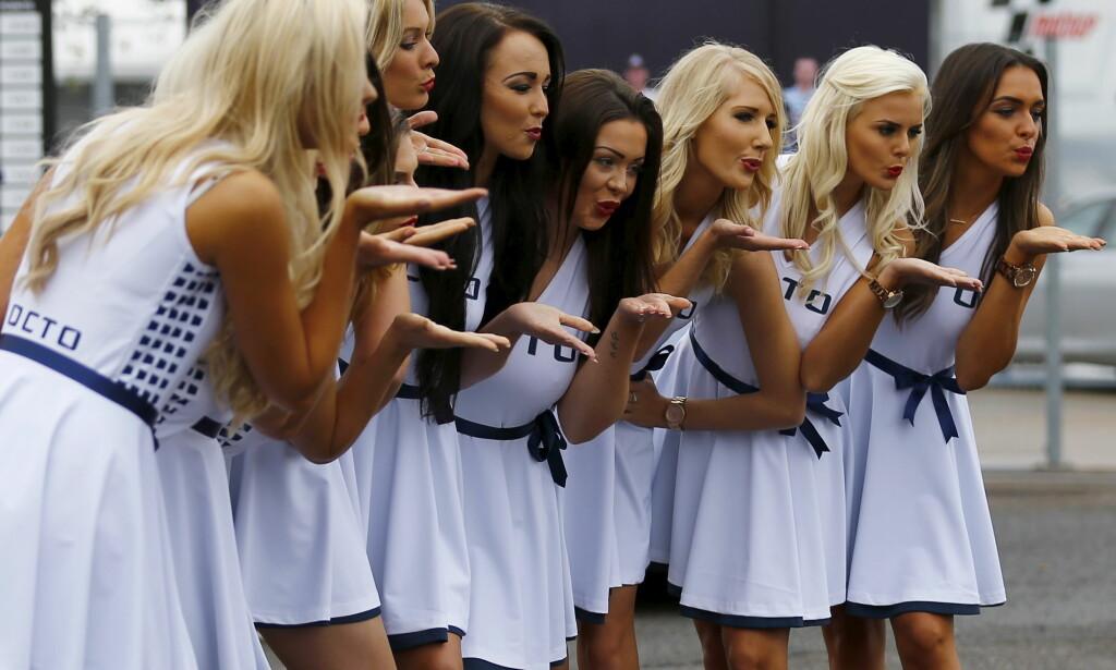 AVVIKLES: Såkalte «grid girls» gir et slengkyss før British Grand Prix. Nå kan jentene blir fjernet fra banen. Foto: REUTERS/Darren Staples