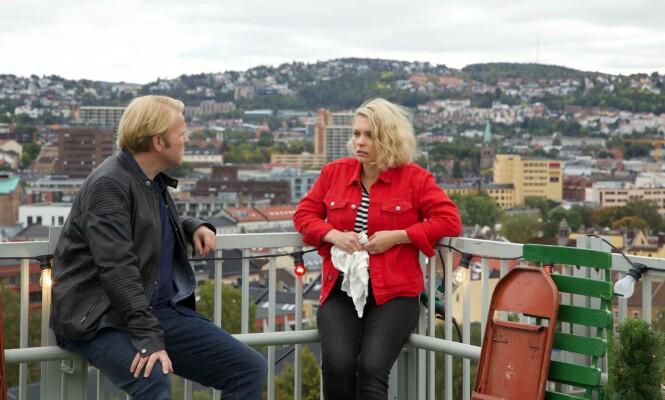 PÅ BLIND DATE: Serien starter med en øl på Grünerløkka, før den forflytter seg fra sted til sted i den norske hovedstaden. Handlingen i serien foregår i sanntid. Foto: NRK