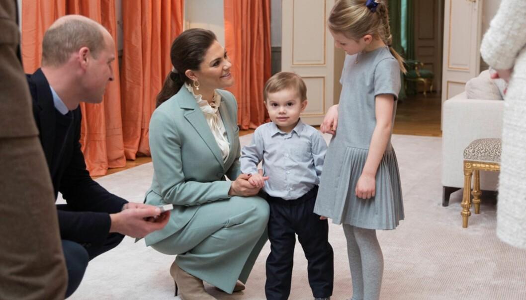 KONGELIG: William setter seg ned på huk for å snakke med de svenske kronprinsessebarna. Foto: Raphael Stecksén/Kungahuset.se