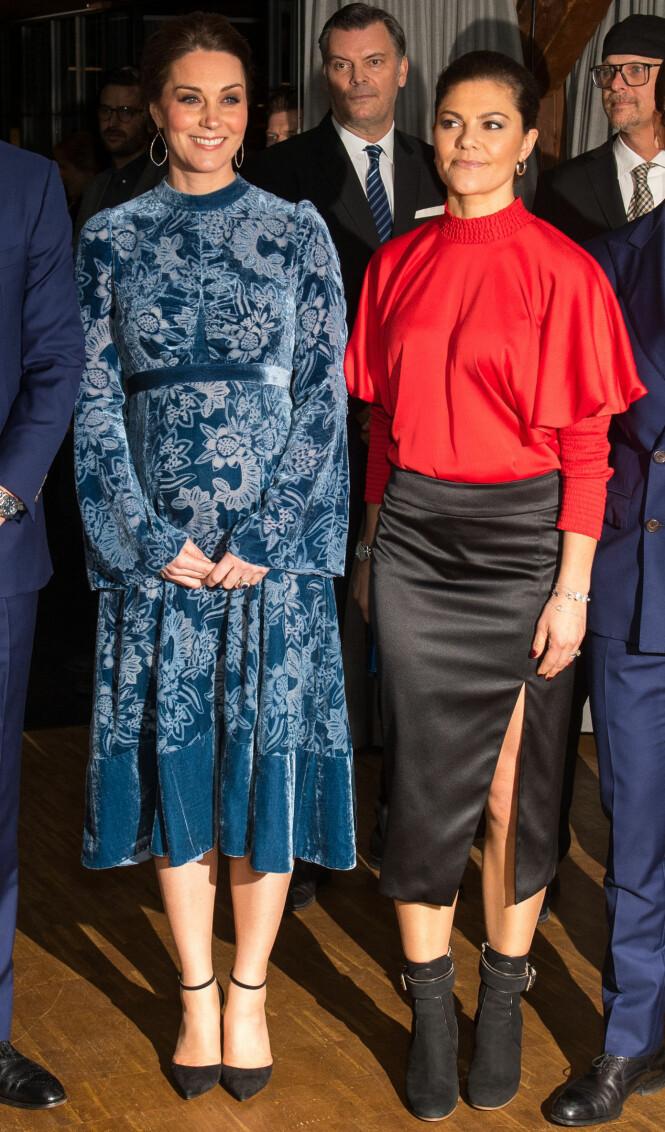 FÅR KJOLE-SKRYT: Hertuginnen sammen med kronprinsessen på Fotografiska i Stockholm. Foto: NTB Scanpix